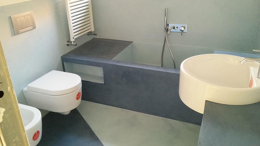 Bagno con base e lavabo in microcemento