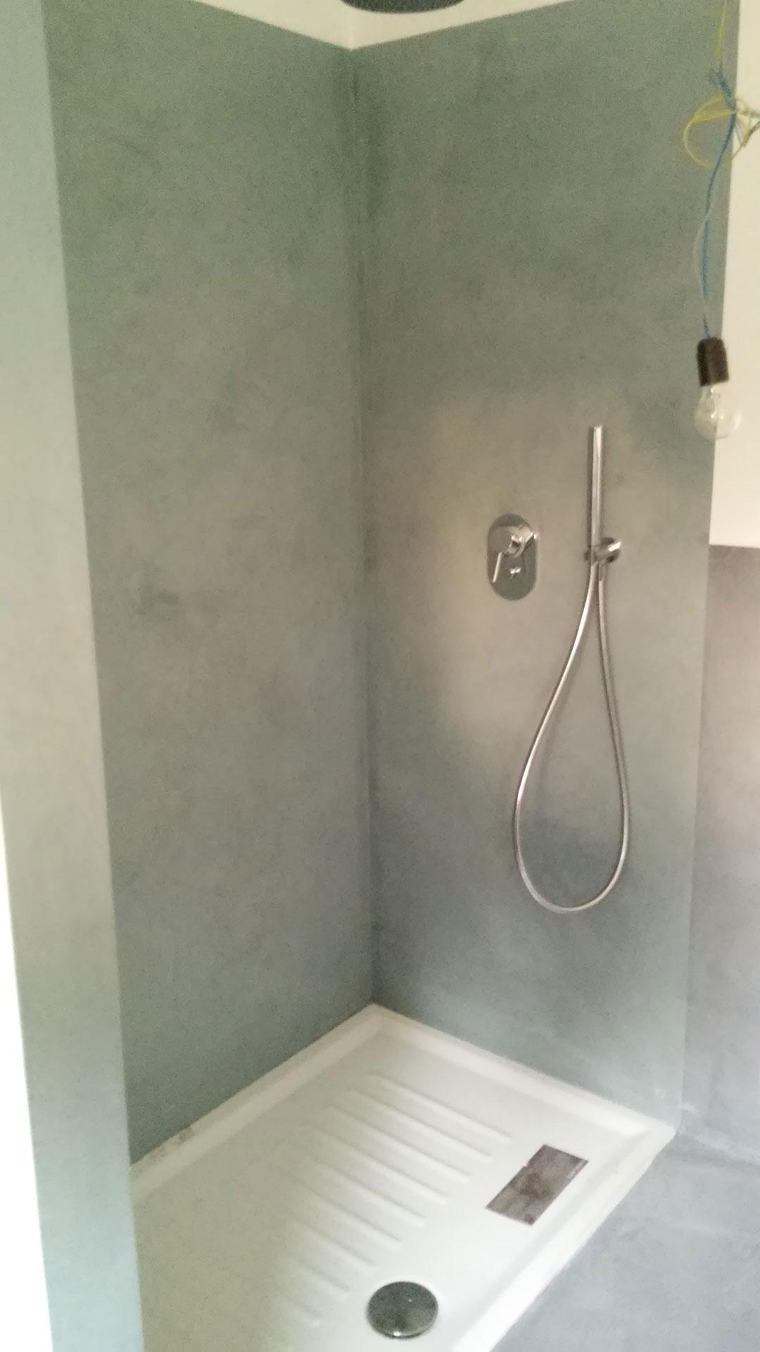 Bagno con doccia con pareti in microcemento
