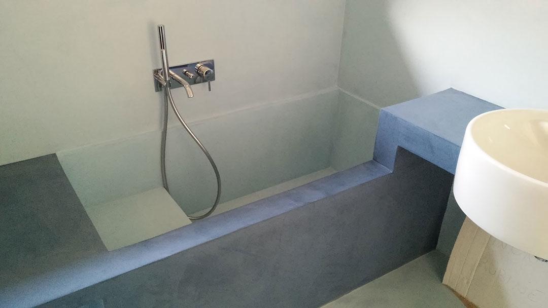 Bagno con vasca in microcemento