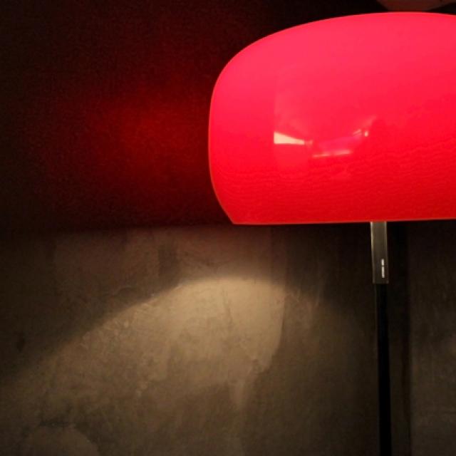 Bagno di un hotel in microcemento con luce rossa