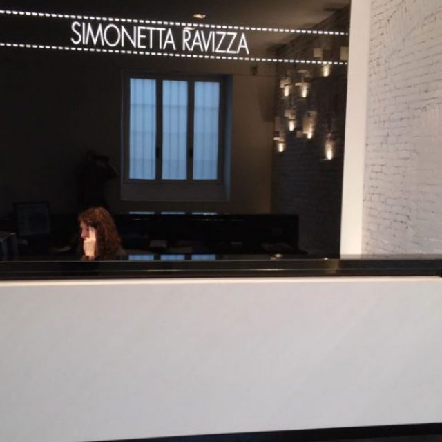 commerciale Simonetta Ravizza con segreteria in microcemento