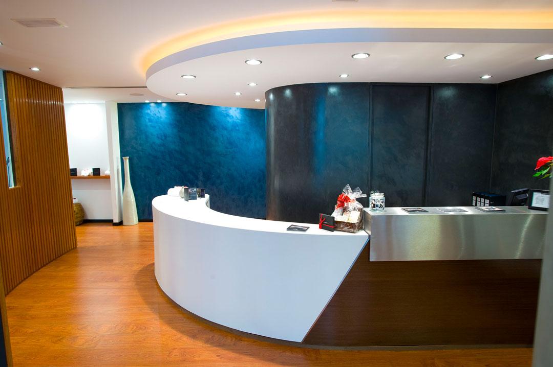 Segreteria con bancone e soffitto in microcemento