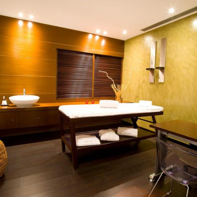 Sala massaggi Wellington in microcemento con scrivania
