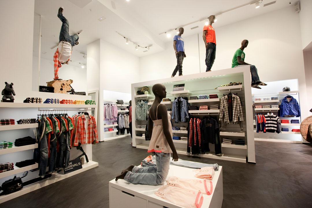 commerciale di abbigliamento con pavimento in microcemento