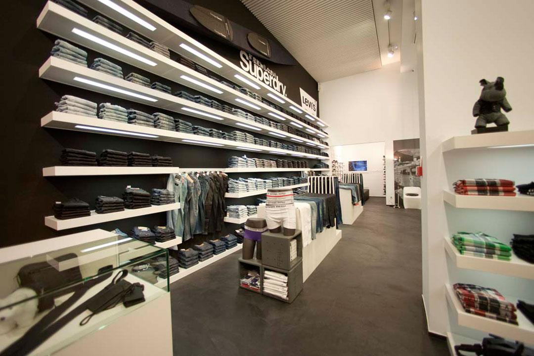 commerciale di abbigliamento superdry con pavimento e parete in microcemento