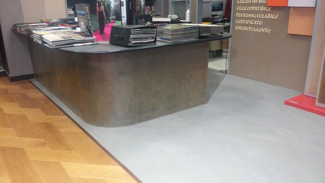 commerciale con pavimento e scrivania in microcemento