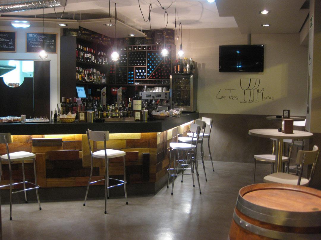 bar con pavimento e bancone in microcemento