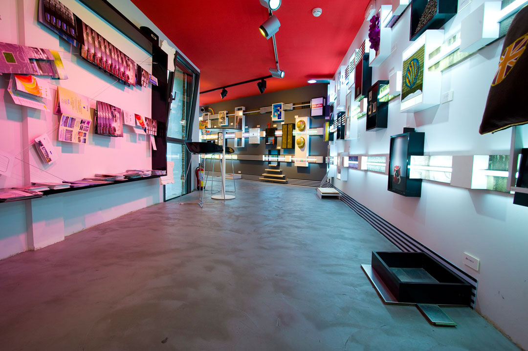 commerciale design con pavimentazione in microcemento e mensole appese
