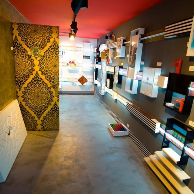 commerciale design con pavimentazione e pareti in microcemento con quadri esposti