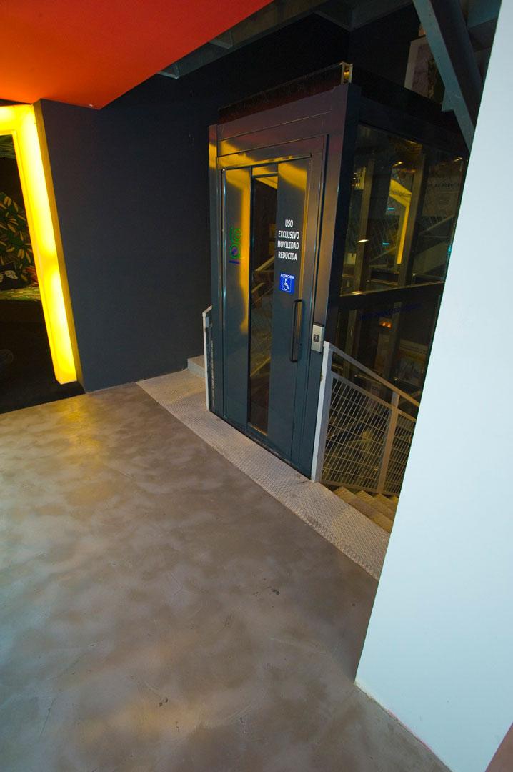 piano con ascensore con pavimentazione, pareti e soffitto in microcemento