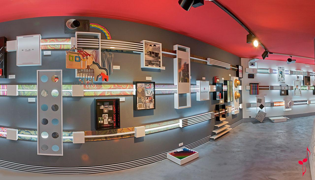 commerciale design con pavimentazione in microcemento e quadri esposti