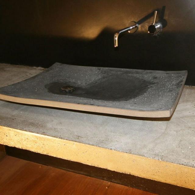 Bagno con lavabo in stile foglia in microcemento