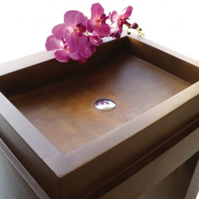 Bagno con lavandino in finto legno in microcemento