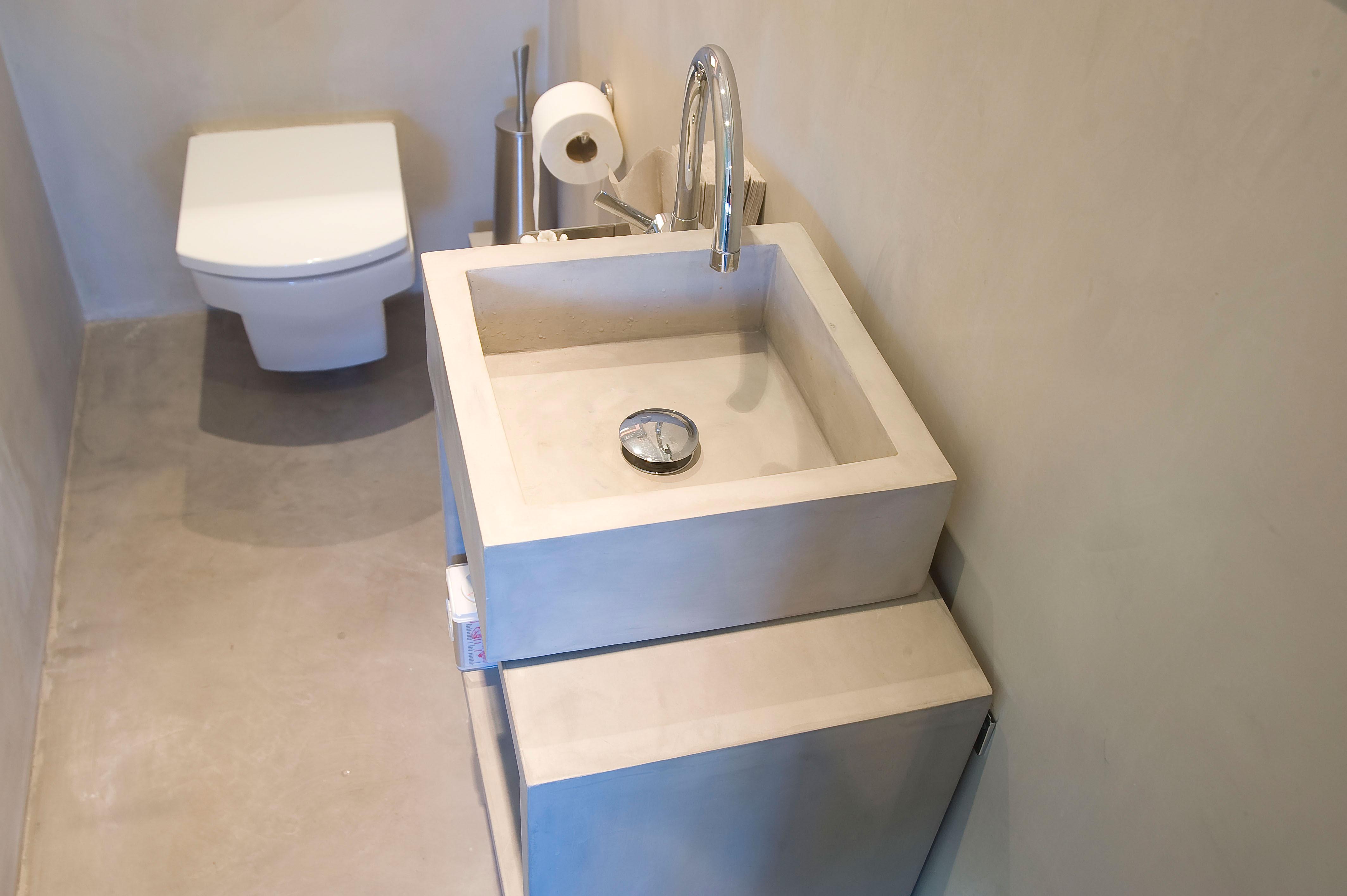 Bagno con lavandino in microcemento