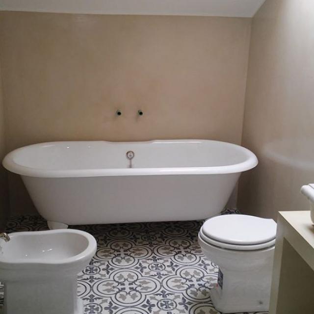 Bagno con muro in microcemento