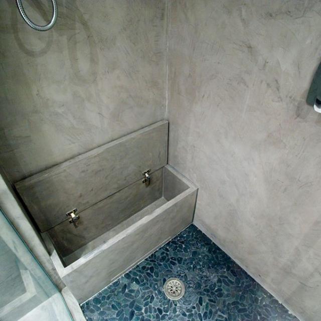 Bagno con doccia in microcemento con cassa nascosta