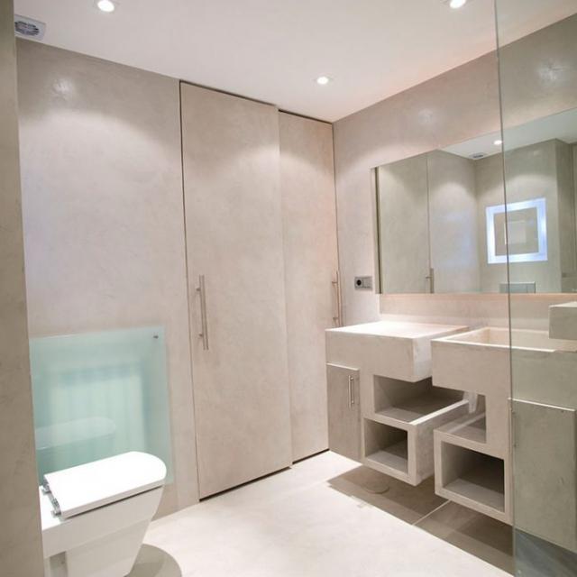 Bagno con doccia in microcemento