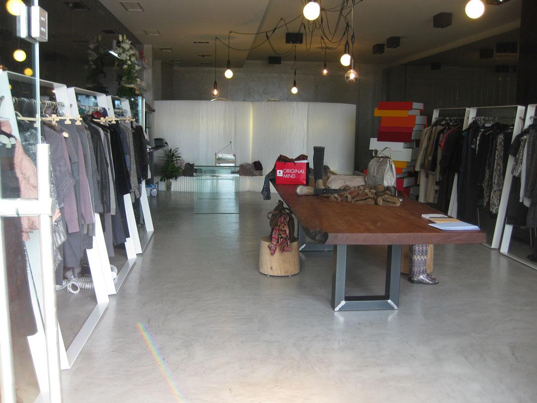 commerciale di abbigliamento con struttura e tavolo in microcemento