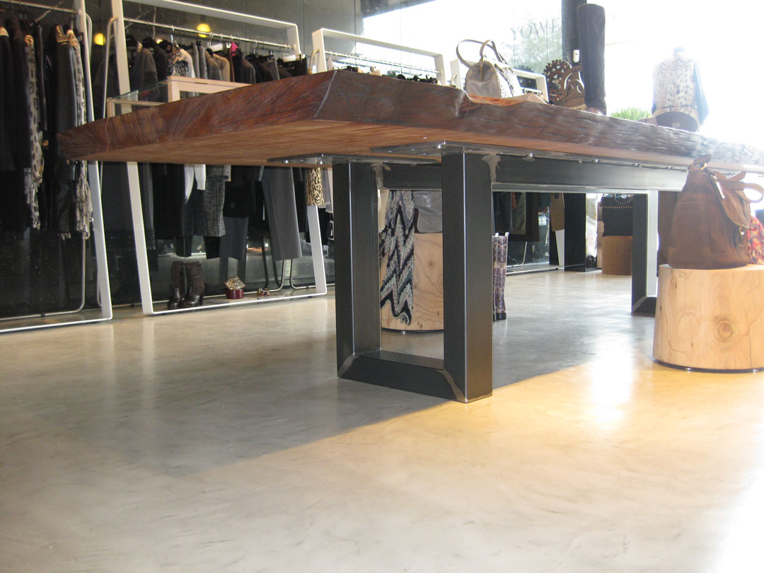 commerciale con tavolo finto legno in microcemento