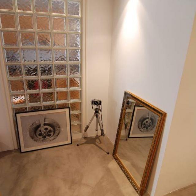 Pavimento in microcemento con pareti bianche