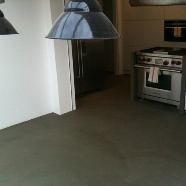 Pavimento in microcemento grigio scuro per cucina