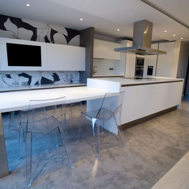 Pavimento in microcemento grigio per cucina moderna bianca