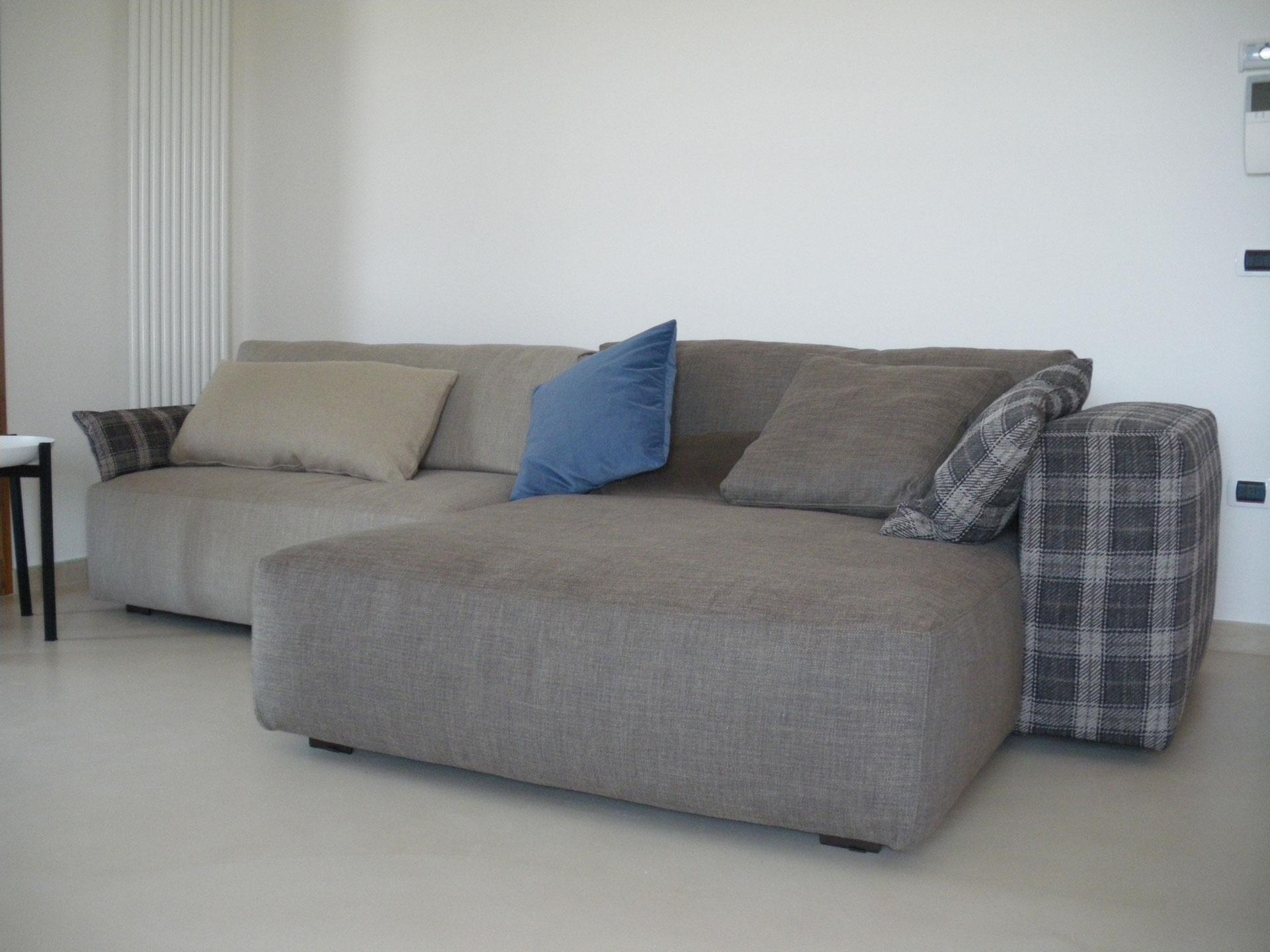 Pavimento in microcemento grigio chiaro per salotto