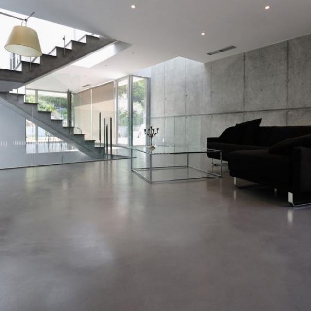 Pavimento in microcemento grigio per salotto