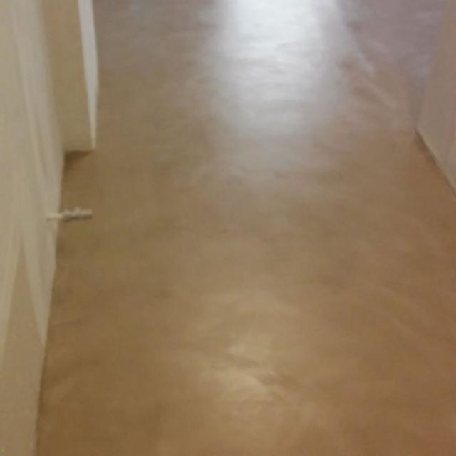 Pavimento in microcemento con muri chiari