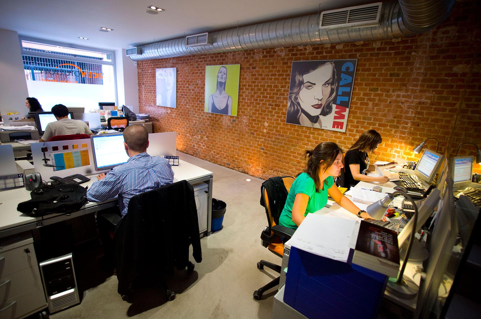 Ufficio con pavimento in microcemento e parete in mattoni