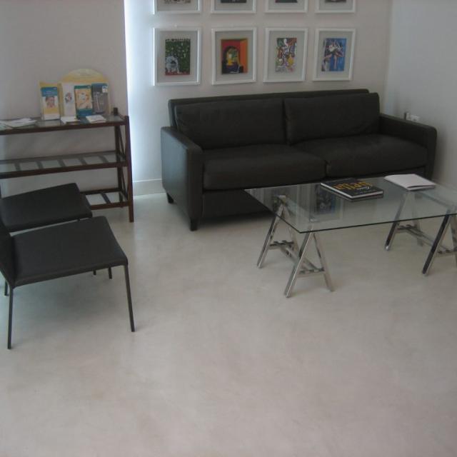 Ufficio in microcemento e divano nero