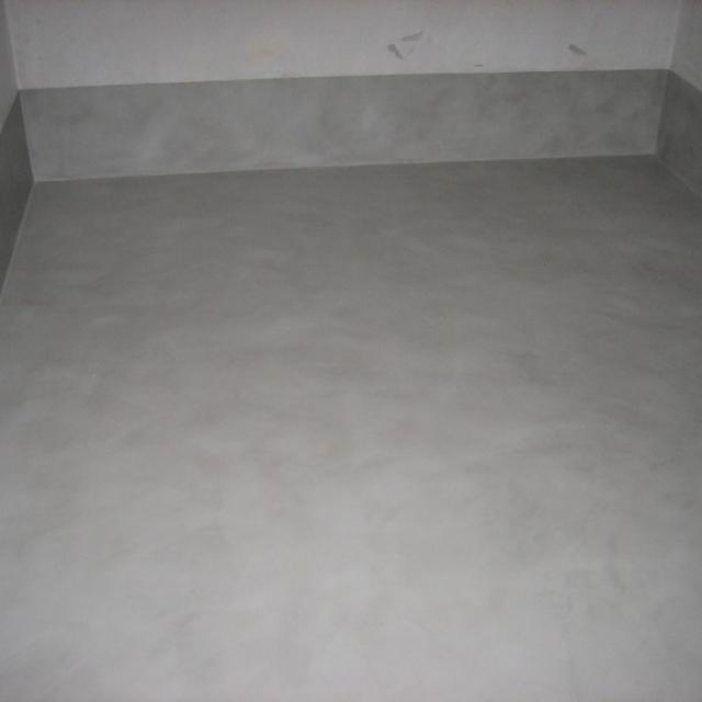 Ufficio vuoto in microcemento grigio scuro