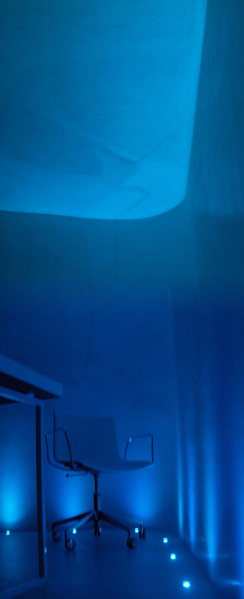 Ufficio in microcemento bianco con luci blu