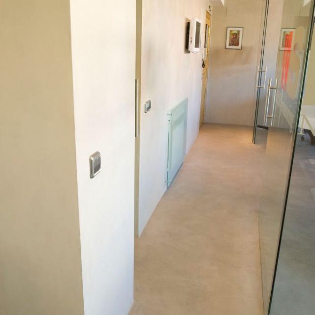 Ufficio con pavimento e pareti in microcemento
