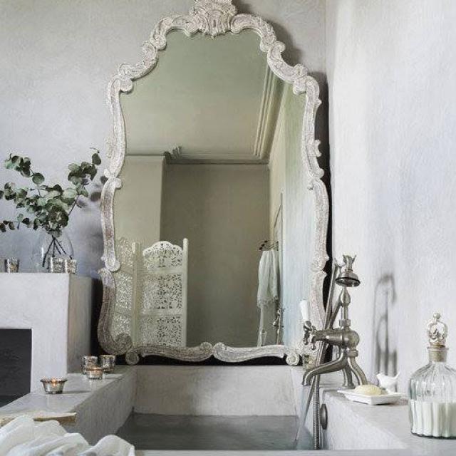 Bagno con vasca da bagno in microcemento
