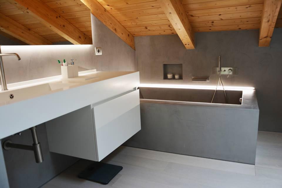 Bagno con vasca e pareti in microcemento