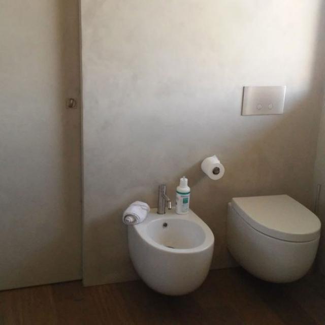 Bagno con pareti in microcemento