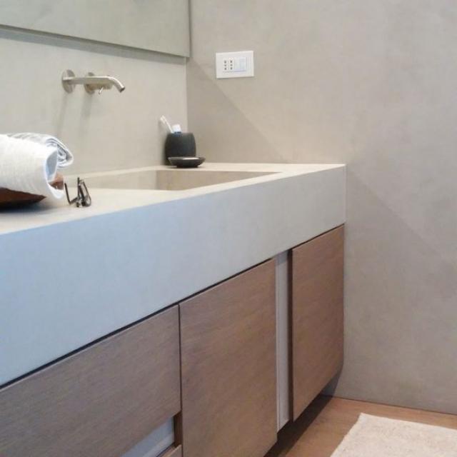 Bagno con lavandino e piano in microcemento